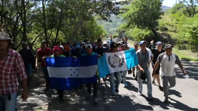 thousands of migrants form a caravan following the lead of around 5000 hondurans who crossed central america and are now pursuing their journey to... - convoglio video stock e b–roll