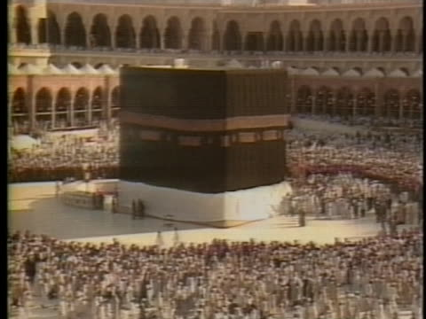 vídeos y material grabado en eventos de stock de thousands of muslim men throng to the courtyard in mecca. - religion or spirituality
