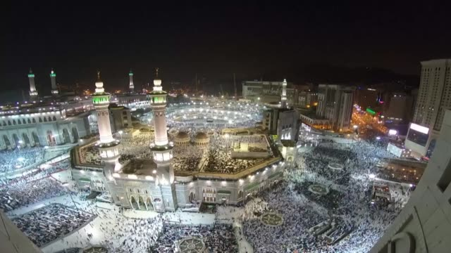 stockvideo's en b-roll-footage met thousands of muslims gather at the sacred mosque al masijid alharam one day before hajj in the islamic holy city of mecca - bedevaart