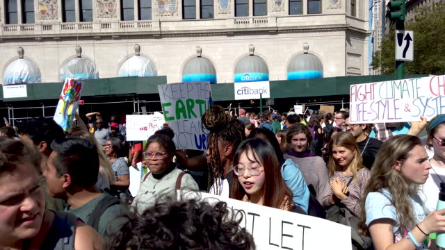 vidéos et rushes de thousands of new york city students walk out of school to take part in a march to demand action on the global climate crisis on september 20 2019 in... - climat