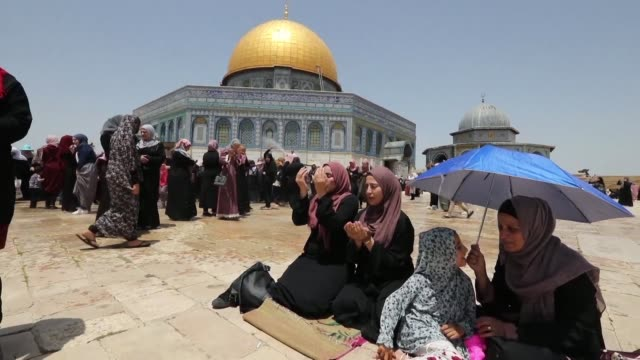 thousands of palestinian muslim worshippers pray at the alaqsa mosque compound in jerusalem during the second friday prayers of the holy fasting... - israel stock videos & royalty-free footage
