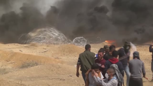 thousands of palestinians converged along the gaza strip's eastern border with israel for the third friday of ongoing protests against israel's... - 2018年ガザ地区国境抗議点の映像素材/bロール