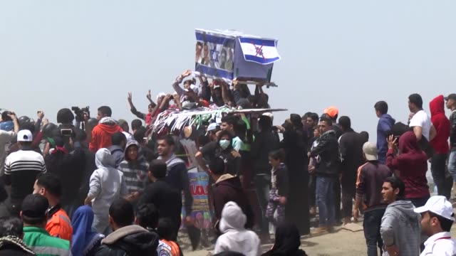 thousands of palestinians converged along the gaza strip's eastern border with israel for the third friday of ongoing protests against israel's... - 70周年点の映像素材/bロール