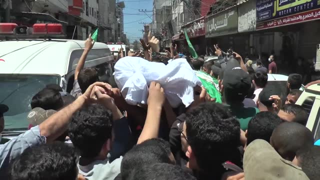 thousands of palestinians flooded the streets of central gaza city on may 13 in a funeral procession for multiple hamas members who were killed in... - https stock-videos und b-roll-filmmaterial