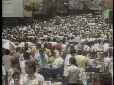 thousands of panamanians shop at a flea market imposed by military leader manuel noriega in an effort to show that things are normal in panama. - mercato delle pulci video stock e b–roll