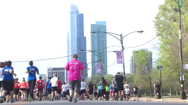 vídeos y material grabado en eventos de stock de wgn thousands of participants and supporters gathered at grant park on may 11 2014 in chicago illinois for the 17th annual susan g komen foundation... - the cure
