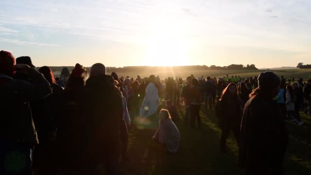 vídeos y material grabado en eventos de stock de thousands of people celebrate the summer solstice at stonehenge in wiltshire. the neolithic monument is built along the solstice alignment of the... - solsticio de verano
