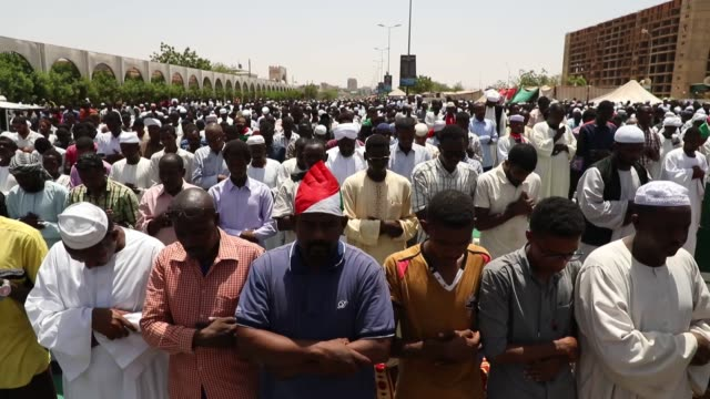 vídeos de stock, filmes e b-roll de thousands of people continue to protest outside army headquarters in capital khartoum on may 03 2019 to demand that sudan's ruling military... - sudão
