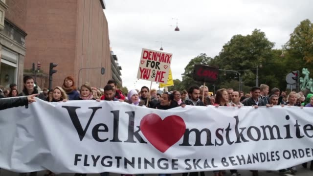 vídeos de stock e filmes b-roll de thousands of people demonstrate in copenhagen on tuesday to oppose their governments handling of the migrant crisis - região de oresund