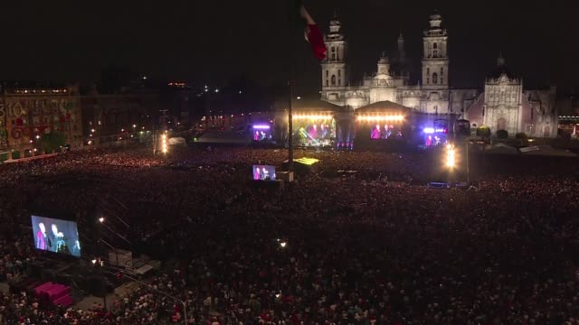 vídeos de stock e filmes b-roll de thousands of people enjoy a concert by latin music stars to benefit victims of mexico's september 19 earthquake at the zocalo square in mexico city - benefit concert