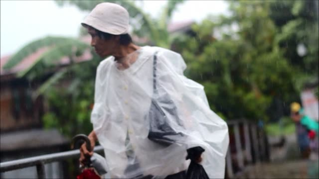 thousands of people flee their homes in the philippines as the first major storm of the rainy season strengthens into a typhoon - isola di luzon video stock e b–roll