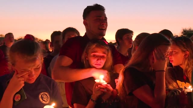 thousands of people gather at a park in florida for a candlelight vigil in honor of the 17 victims killed at the stoneman douglas high school shooting - gedenkveranstaltung stock-videos und b-roll-filmmaterial