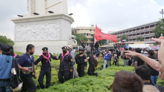 thousands of people gather at democracy monument in bangkok protesting against the government making three main demands: the dissolution of the... - 評論家点の映像素材/bロール