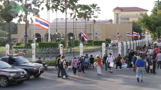 thousands of people gather at democracy monument in bangkok protesting against the government making three main demands: the dissolution of the... - kritiker stock-videos und b-roll-filmmaterial