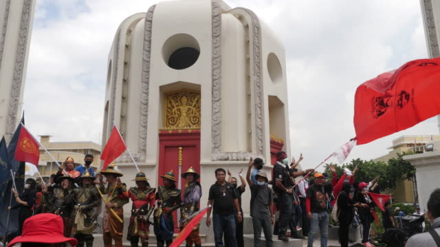 thousands of people gather at democracy monument in bangkok and marched to government house protesting against the government making three main... - 評論家点の映像素材/bロール