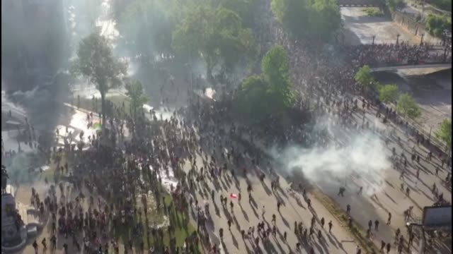 stockvideo's en b-roll-footage met thousands of people gather in plaza italia in chile's capital as violent protests and looting that left 11 people dead over the weekend rage on into... - chile