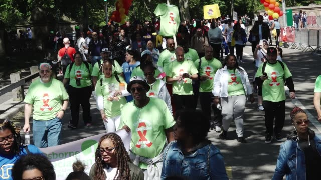 thousands of people gathered in central park for the annual aids walk new york city. central park, manhattan, usa. - レトロウィルス点の映像素材/bロール