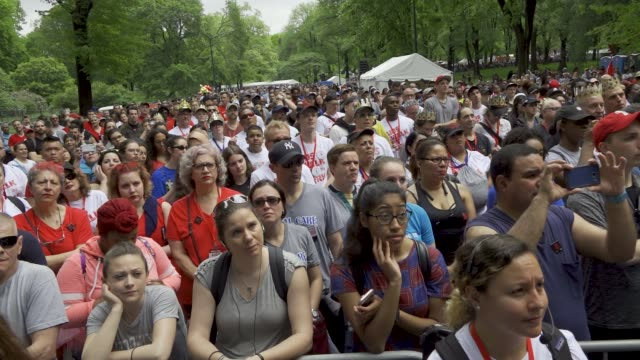 thousands of people gathered in central park for the annual aids walk and run new york city to spread awareness about the disease. . - レトロウィルス点の映像素材/bロール