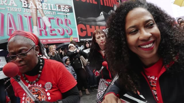 vídeos de stock, filmes e b-roll de thousands of people gathered in the columbus circle vicinity for the national and global science march on earth day. throughout the event people... - made in the usa frase americana
