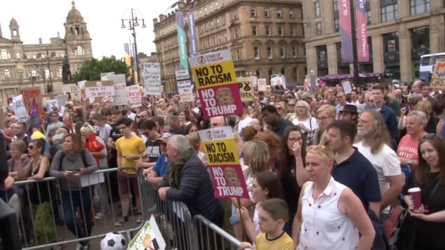 vídeos y material grabado en eventos de stock de thousands of people have gathered in glasgow's george square to protest against donald trump's visit as he prepares to fly to scotland among the... - glasgow escocia