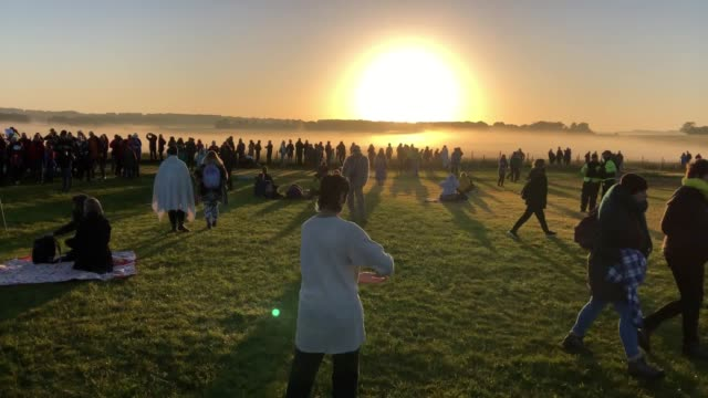 vídeos y material grabado en eventos de stock de thousands of people have greeted the sun with cheers as it rose over stonehenge for summer solstice. those who observed the spectacle at the... - solsticio de verano