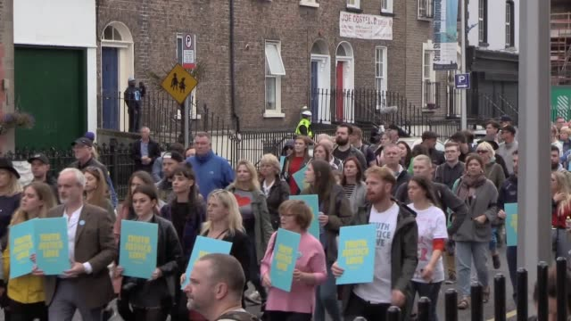 thousands of people have taken to the streets of dublin city centre in a series of protests against the visit of pope francis to ireland includes a... - katholizismus stock-videos und b-roll-filmmaterial