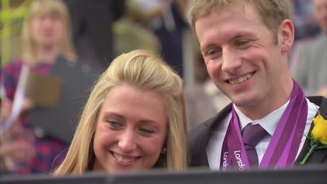 thousands of people have turned out to honour double olympic gold medallist jason kenny in his hometown of bolton they gathered outside the town hall... - hometown bildbanksvideor och videomaterial från bakom kulisserna