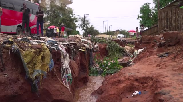 vídeos de stock e filmes b-roll de thousands of people in mozambique remain stranded with no access to food or medical supplies after cyclone kenneth hit the north of the country last... - moçambique