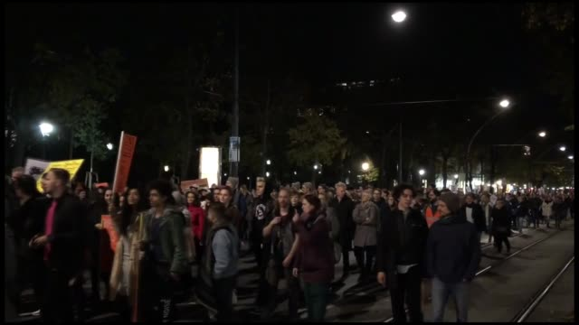 vidéos et rushes de thousands of people in vienna stage a demonstration to protest policies of the extreme rightwing government towards foreign and muslim policies on... - austria