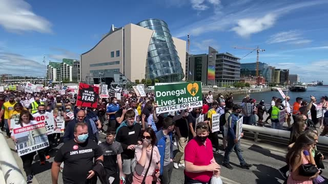 vídeos y material grabado en eventos de stock de thousands of people joined a demonstration in dublin to demand a 100% redress scheme for homes and properties affected by mica. defective building... - provincia de ulster