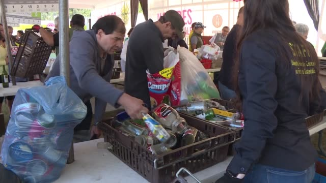 stockvideo's en b-roll-footage met thousands of people line up at a market in mexico's capital to exchange bags full of recyclable trash for fresh food from local producers an... - initiatief
