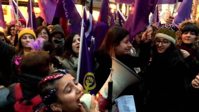 thousands of people march down istanbul's famous istiklal street during a rally for international women's day on march 8 2018 in istanbul turkey... - 国際女性デー点の映像素材/bロール