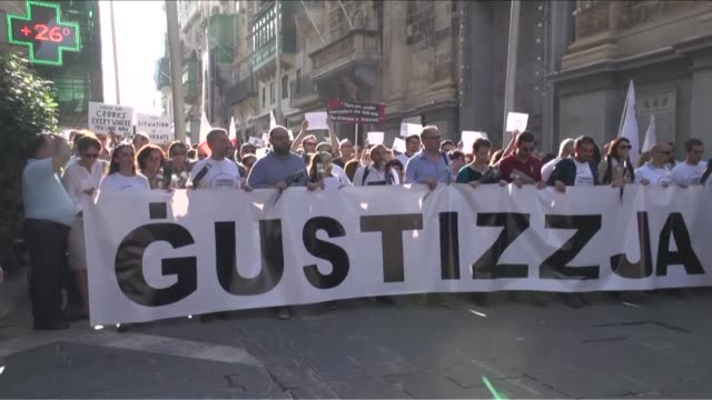 thousands of people rally to demand justice for murdered maltese journalist and anti corruption blogger daphne caruana galizia - fordern stock-videos und b-roll-filmmaterial