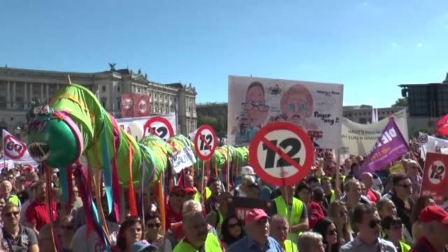 vidéos et rushes de thousands of people take part in a demonstration against the austrian government's plans to extend daily working hours on june 30 2018 in vienna... - autriche