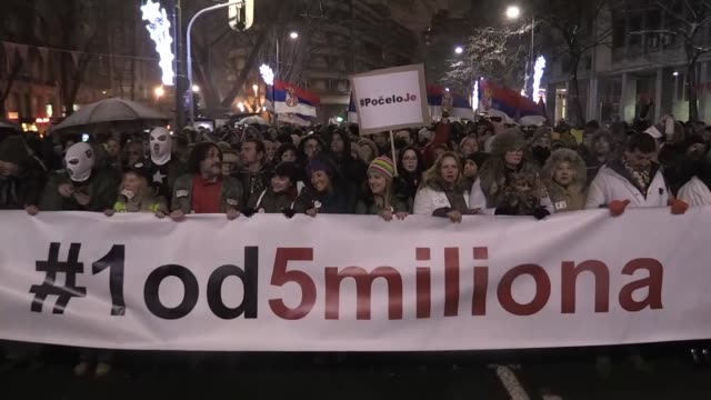 vidéos et rushes de thousands of people take part in a protest against the serbian government on january 05 2019 in belgrade serbia - serbie