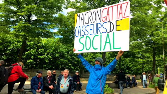vídeos de stock, filmes e b-roll de thousands of people take to the streets during the may day demonstrations on may 1 2018 in paris france this month celebrates the 50th anniversary of... - 1 de maio