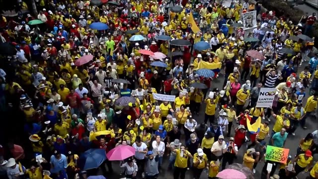Thousands of people took to the streets this Saturday in Colombia against Juan Manuel Santos government and the historic peace agreement with FARC...