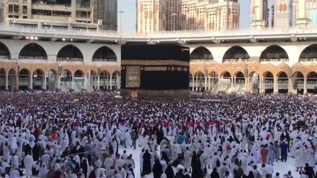 stockvideo's en b-roll-footage met thousands of pilgrims gather at the grand mosque of mecca islam's holiest site to walk around the kaaba in a counterclockwise direction as part of... - bedevaart
