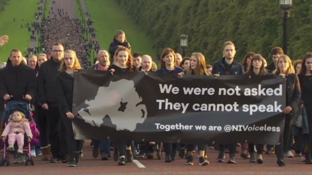thousands of prolife protesters marching on stormont after northern ireland relaxed its abortion laws - ストーモント点の映像素材/bロール