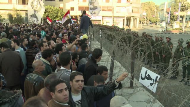 thousands of protesters converged on the presidential palace in cairo on friday in a fresh bid to convince president mohamed morsi to give up what... - gebot stock-videos und b-roll-filmmaterial