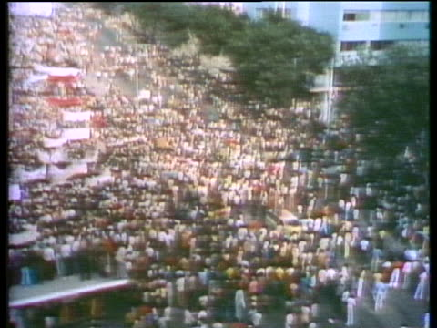 thousands of protesters in luanda, angola, demonstrate to demand the death penalty for thirteen mercenaries who backed the losing side in the angolan... - hinrichtung stock-videos und b-roll-filmmaterial
