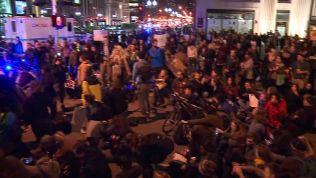 wgn thousands of protesters marched through chicago's loop and gathered outside chicago's trump tower to express their disapproval of the election of... - sprechgesang stock-videos und b-roll-filmmaterial