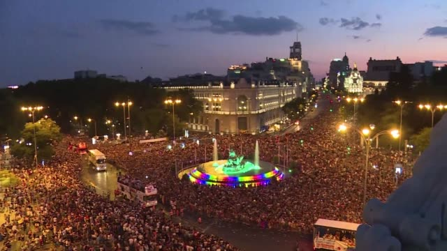 thousands of revellers take to the rainbow streets of madrid in the world's biggest march for gay lesbian bisexual and transgender rights - minoranza video stock e b–roll
