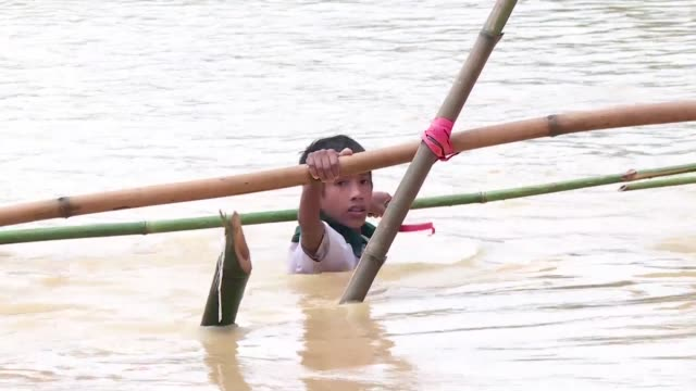 vídeos y material grabado en eventos de stock de thousands of rohingya refugees are living and sleeping in makeshift camps after pounding monsoon rain in bangladesh - bangladesh