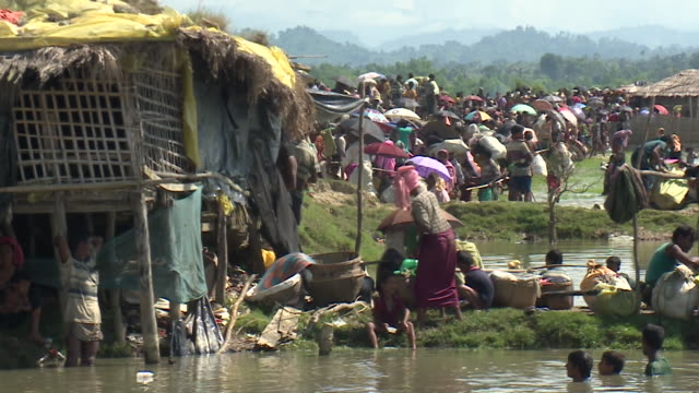 thousands of rohingya refugees arriving in bangladesh after fleeing persecution in burma - rohingya kultur stock-videos und b-roll-filmmaterial
