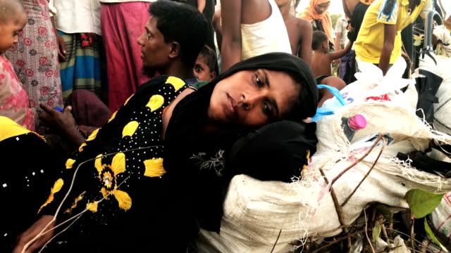 thousands of rohingya refugees flee from myanmar after crossing the border near palang khali cox's bazar bangladesh well over a half a million... - cox basar stock-videos und b-roll-filmmaterial
