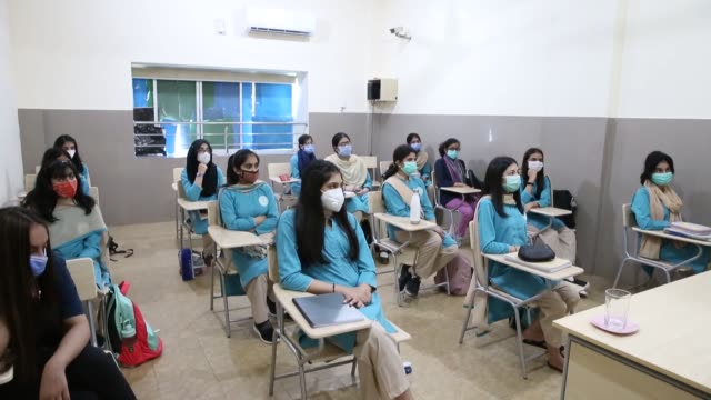vídeos de stock e filmes b-roll de thousands of schools and colleagues across pakistan reopened on tuesday , ending a six-month long closure due to the coronavirus pandemic. according... - 12 15 meses