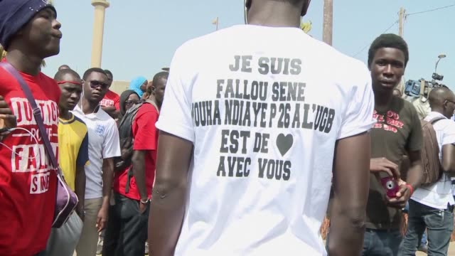 thousands of students protest in dakar to ask for justice after the death of one of their own killed on may 15 in saintlouis during clashes with the... - saint louis bildbanksvideor och videomaterial från bakom kulisserna