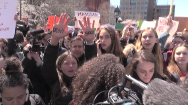thousands of students walk out against gun violence on anniversary of columbine rally in washington square park - protesta contro la violenza armata video stock e b–roll