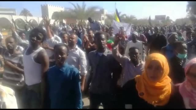 thousands of sudanese demonstrators march in khartoum many reaching the army headquarters for the first time since deadly protests against president... - occurrence stock videos and b-roll footage